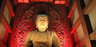 Tượng Phật Đại Bi được soi đèn rực rỡ